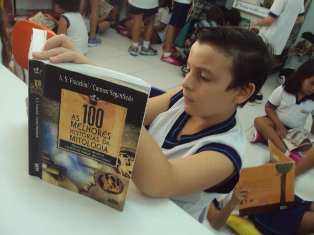 O aluno João Pedro Smolinski, leitor da Biblioteca Leitura Viva Espaço Educar