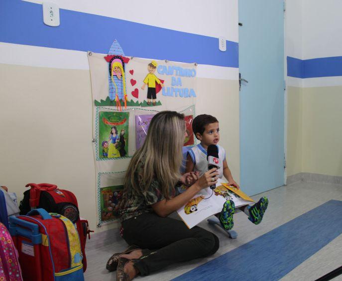 Aluno do Maternal I recontou trecho da história apresentada pela educadora Lívia, durante reportagem