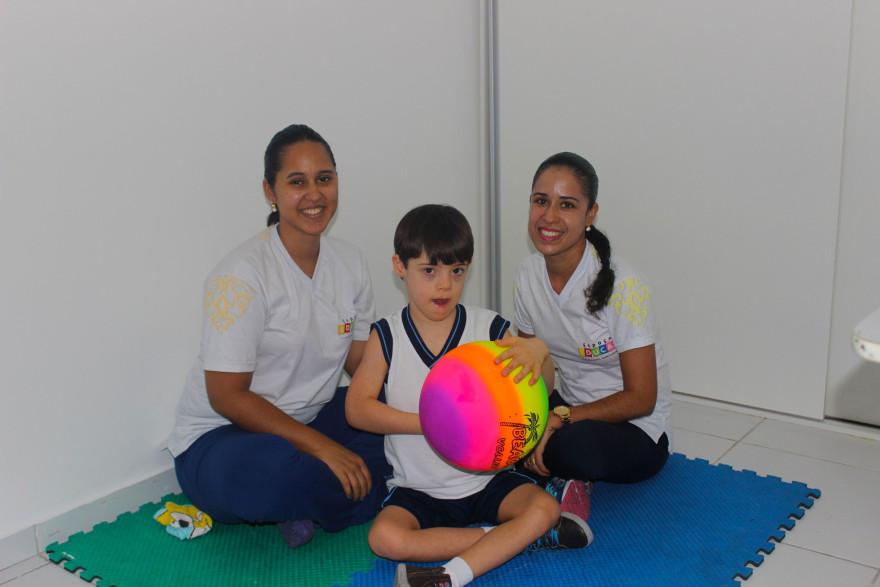 Guilherme de 6 anos e a equipe do Núcleo de Educação Especial Espaço Educar