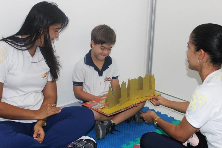 Davi, de 10 anos, participa de aula na oficina pedagógica Espaço Educar